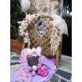 Στολισμός Sarah Kay με μπαλόνια λουλούδια και άνθη για vintage βάπτιση στην εκκλησία